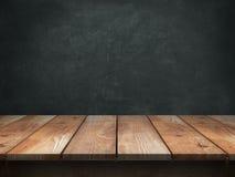 Wood tabell med svart tavlabakgrund arkivbilder