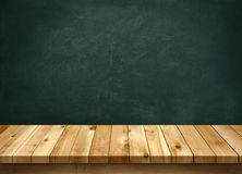 Wood tabell med svart tavlabakgrund Arkivfoton