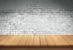 Wood tabell med vit bakgrund för tegelstenvägg royaltyfri fotografi