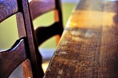 Wood tabell och stolar Arkivfoto