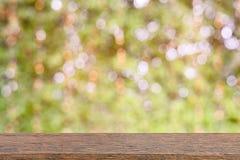 Wood tabell- och vitbakgrund Royaltyfri Bild