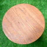 Wood tabell på ett gräsgolv royaltyfri fotografi