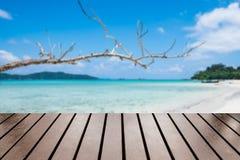 Wood tabell på havsstranden Royaltyfria Bilder