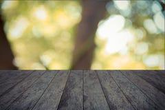 Wood tabletop och trädgårds- suddigt royaltyfri fotografi