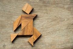 Wood tangrampussel som rinnande bakgrund för man arkivfoto