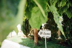Wood tecken för bröllop mot den gröna bakgrunden Royaltyfri Foto