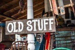 """Wood tecken för tappning""""OldStuff† på den vita Wood stolpen Arkivbilder"""
