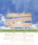 Wood tecken och gräs, blå himmel för sommarbakgrund, kopieringsutrymme Arkivbild