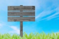 Wood tecken på gräs och blå himmel Royaltyfri Fotografi