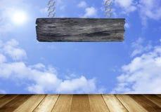Wood tecken på moln i bakgrunden för blå himmel Royaltyfria Foton