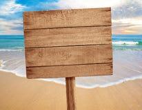 Wood tecken på strandbakgrund Royaltyfri Foto