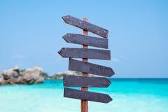 Wood tecken på stranden För bakgrundsträ för hav och för blå himmel tecken Arkivbild
