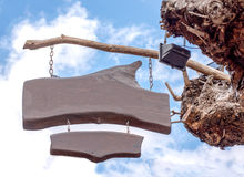 Wood tecken på träd i den blåa himlen Royaltyfri Fotografi