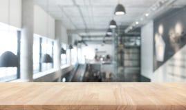 Wood textur för tabellöverkant på modern/modern byggnadskorridor för suddighet Arkivbild