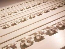 Wood vägg med den keramiska blomman Arkivbild