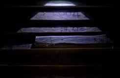 Wood vägg på mörk bakgrund Fotografering för Bildbyråer