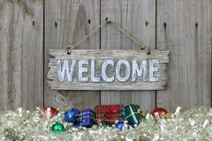 Wood välkommet tecken med feriegirlandgränsen Arkivbild
