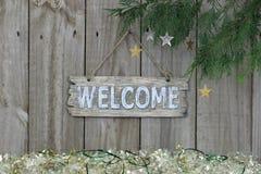 Wood välkommet tecken med girlandgränsen Royaltyfria Bilder