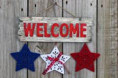 Wood välkommet tecken med röda, vita och blåa stjärnor Fotografering för Bildbyråer