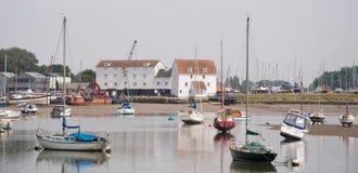 Woodbridge op Rivier Deben in Suffolk het UK met Getijdenmolen stock afbeelding