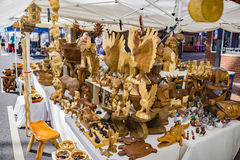 Woodcarver показывая детали для продажи Стоковые Фото