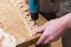 Woodcarver создает орнамент мебели Руки ` s Woodcarver, зубила, инструменты, древесин-высекли орнамент Стоковое Изображение