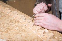 Woodcarver создает орнамент мебели Руки ` s Woodcarver, зубила, инструменты, древесин-высекли орнамент Стоковая Фотография RF