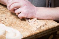 Woodcarver создает орнамент мебели Руки ` s Woodcarver, зубила, инструменты, древесин-высекли орнамент Стоковое Изображение RF
