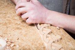 Woodcarver создает орнамент мебели Руки ` s Woodcarver, зубила, инструменты, древесин-высекли орнамент Стоковое Фото