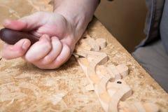 Woodcarver создает орнамент мебели Руки ` s Woodcarver, зубила, инструменты, древесин-высекли орнамент Стоковая Фотография