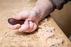 Woodcarver создает орнамент мебели Руки ` s Woodcarver, зубила, инструменты, древесин-высекли орнамент Стоковое фото RF