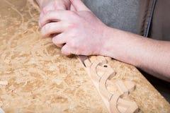 Woodcarver создает орнамент мебели Руки ` s Woodcarver, зубила, инструменты, древесин-высекли орнамент Стоковые Изображения