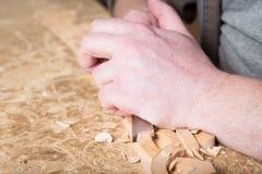 Woodcarver создает орнамент мебели Woodcarver& x27; руки s, зубила, инструменты, древесин-высекли орнамент Стоковое фото RF