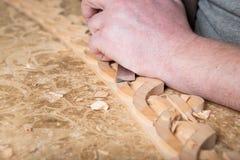 Woodcarver создает орнамент мебели Woodcarver& x27; руки s, зубила, инструменты, древесин-высекли орнамент Стоковые Изображения