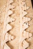 Woodcarver создает орнамент мебели Woodcarver& x27; руки s, зубила, инструменты, древесин-высекли орнамент Стоковые Фотографии RF