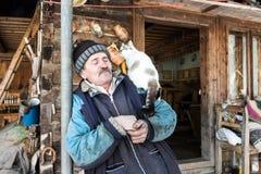 Woodcarver en zijn kat Stock Afbeelding