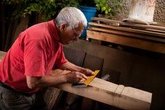 Woodcarver idoso que trabalha com malho fotos de stock royalty free