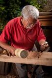 Woodcarver idoso que trabalha com malho imagem de stock royalty free