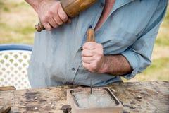 Woodcarver idoso que trabalha com malho e chiesel Fotos de Stock