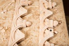 Woodcarver leidt tot een meubilairornament Woodcarver` s handen, beitels, hulpmiddelen, houten-gesneden ornament royalty-vrije stock afbeeldingen