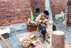 Woodcarver que trabaja en el mercado medieval de los artes fotos de archivo libres de regalías