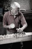 Woodcarver que trabalha com malho e chiesel fotos de stock