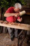 Woodcarver que trabalha com malho e formão Fotos de Stock