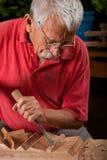 Woodcarver que trabalha com malho e formão Imagens de Stock Royalty Free