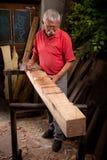 Woodcarver que trabalha com malho e formão foto de stock royalty free