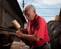 Woodcarver que trabalha com malho e formão fotografia de stock royalty free