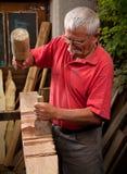 Woodcarver que trabalha com malho e formão 2 fotografia de stock royalty free