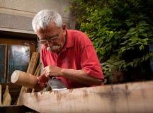 Woodcarver que trabalha com malho e formão 6 Fotos de Stock Royalty Free