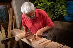 Woodcarver que trabalha com malho e formão 7 Imagens de Stock Royalty Free