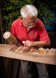 Woodcarver que trabalha com malho e formão 9 Foto de Stock Royalty Free